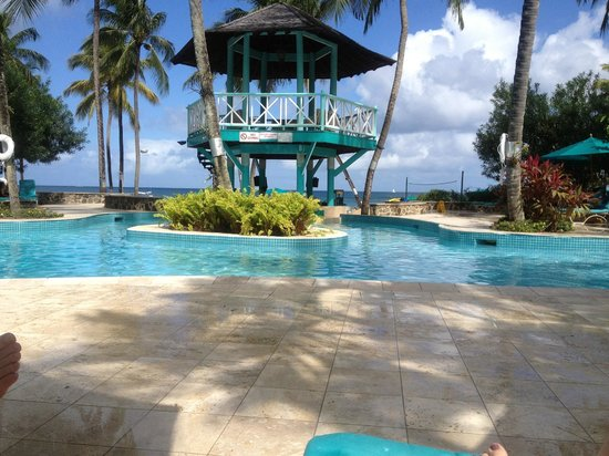 Rendezvous Resort: Swim up pool bar and look out