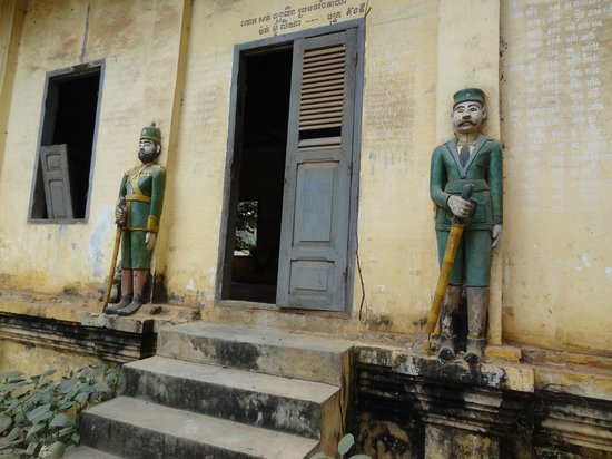 Wat Ek Phnom: militaires