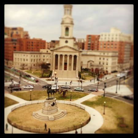 Kimpton Donovan Hotel: View of Thomas Circle from 8th-floor king premier room