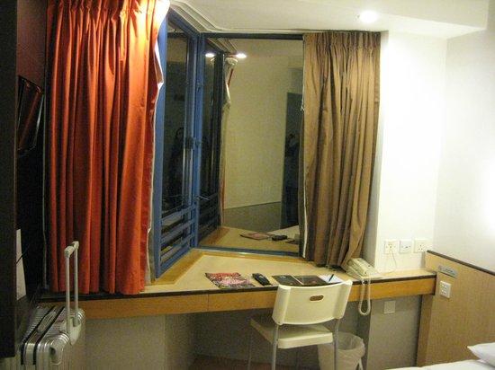 Ibis Hong Kong North Point: ベッドの周囲も狭く、ビジネスホテルサイズ