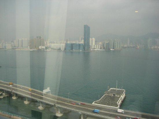 Ibis Hong Kong North Point: ハーバービューのお部屋からの眺め、窓がきちゃないのが・・・