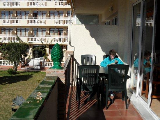 Apartahotel Smartline Los Jazmines Torremolinos: Even uitrusten op het balkon .