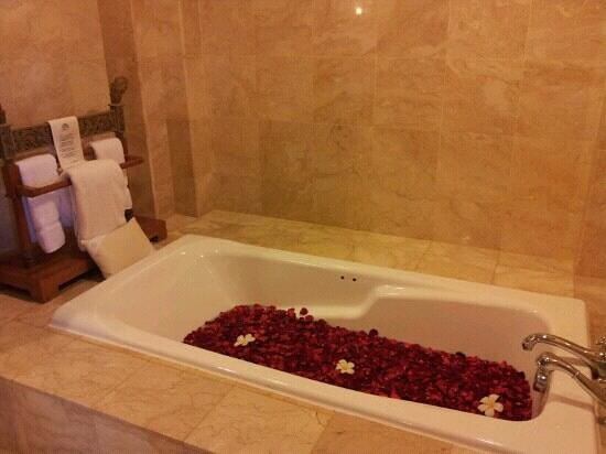 AYANA Resort and Spa: Club Suite Bath Tub... Flower bath arranged when chkeck in.