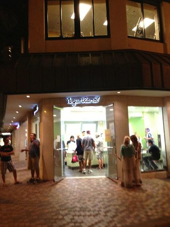 Yogurtland Waikiki Beach : Store Front