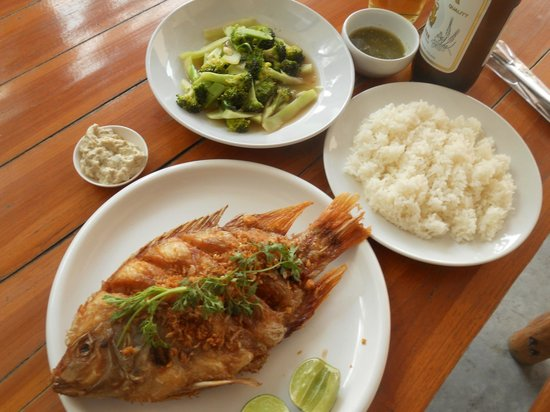 Menta Coffee and Restaurant: Poisson grillé avec brocolis et riz