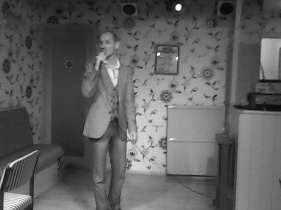 La Tour: Singer in Lounge/Bar