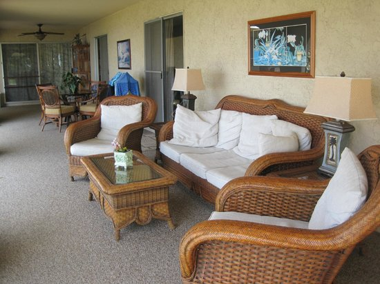 Kona Bayview Inn Bed and Breakfast: Outdoor shared common area - amazing sunset view!