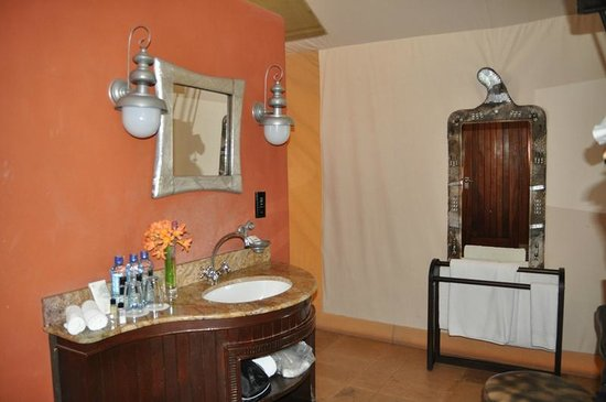 Fairmont Mara Safari Club: washroom - with shower and toilet behind the red wall