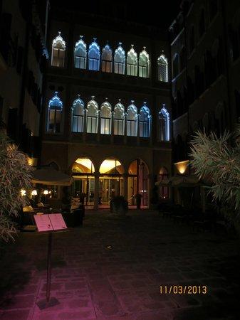 SINA Centurion Palace: Courtyard at night