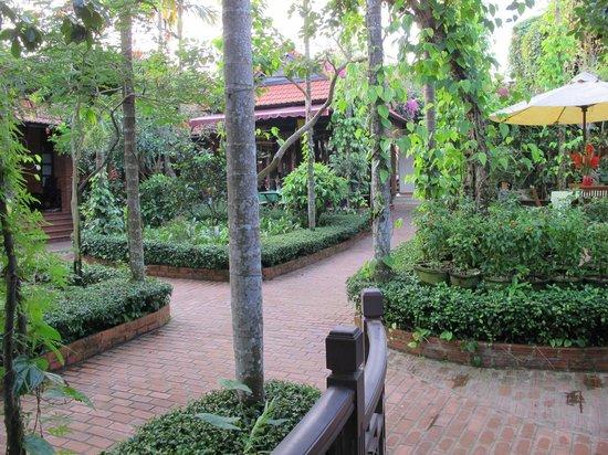 Betel Garden Villas: The garden