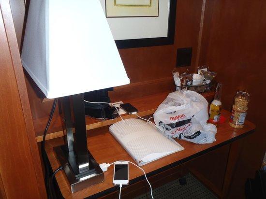 Hampton Inn Cedar Rapids : Desk area in room #310
