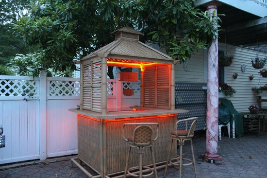 Hamptons House of Gardens Bed & Breakfast: Our tiki bar