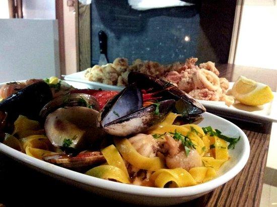 Almassora, España: Tagliatelle ai frutti di mare e Calamaretti alla Romana