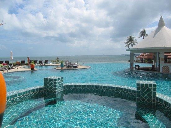Samui Buri Beach Resort: piscine et plage