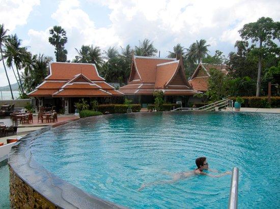 Samui Buri Beach Resort: piscine et coin repas
