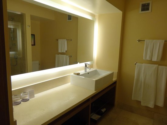 Hyatt Regency Monterey Hotel and Spa on Del Monte Golf Course: Bathroom w/ super high sink