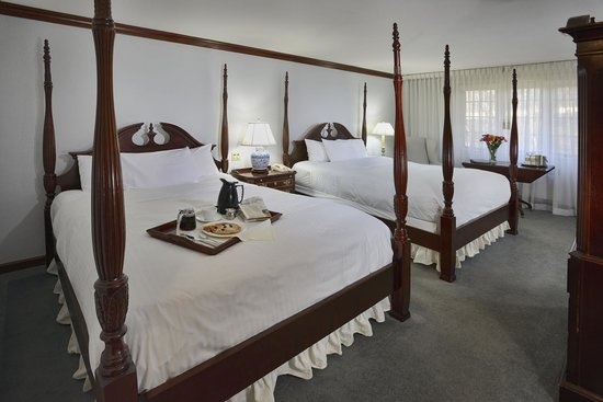 Avon Old Farms Hotel: Traditional Queen Bedded Room