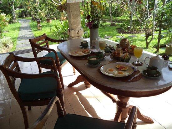 Alam Shanti: Frühstück auf der Terrasse von Shindu