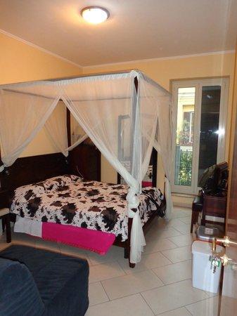 B&B Dante: de kamer met een groot tweepersoonsbed
