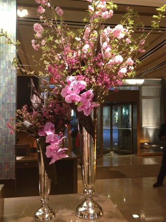 The Langham New York Fifth Avenue: Beautiful flowers in the lobby