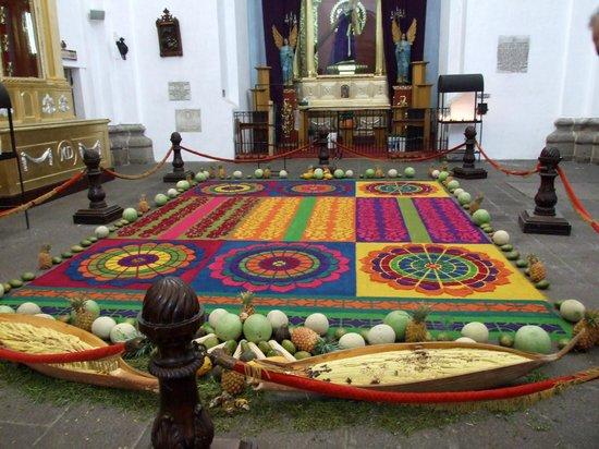 Camino Real Antigua: Alfombra floral en La Antigua Guatemala