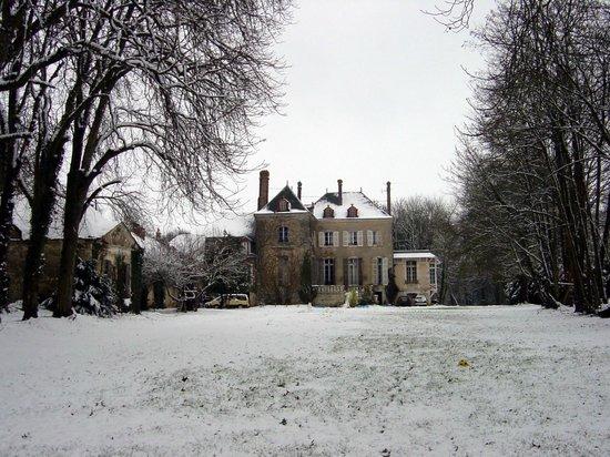 Le Petit Chateau de la Brosse : Maison en hiver