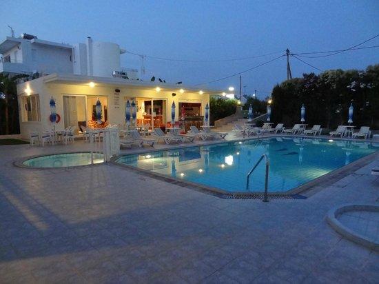 Michalis Studios & Apartments: pool, bar by night