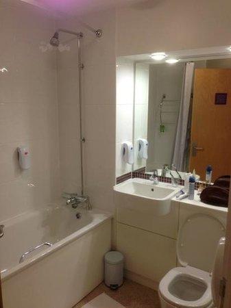 Premier Inn Manchester Salford Quays Hotel: bathroom