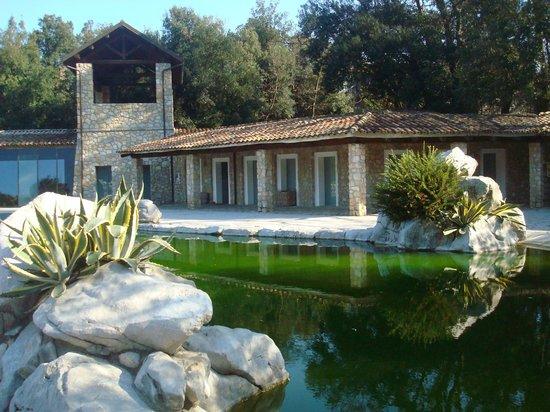 Aquapetra Resort & Spa: la piscina e l'accesso alla SPA
