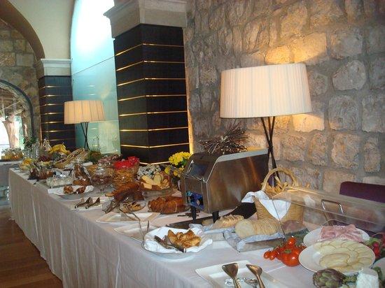 Aquapetra Resort & Spa: la colazione: panoramica del buffet