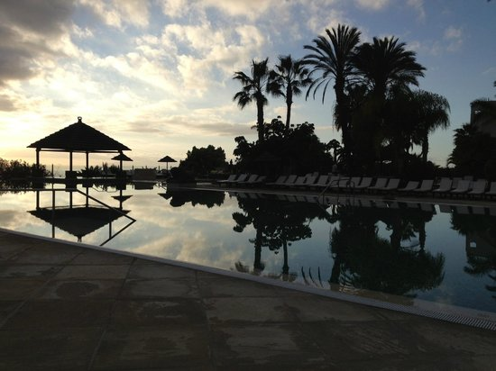 Regency Country Club: Pool in evening