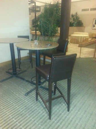 Wyndham Houston West Energy Corridor: Dirty Dining Tables