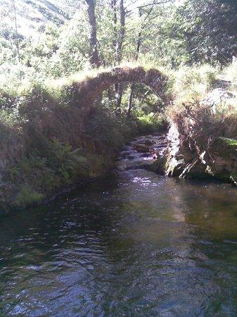 La Llastra: Un puente cerca de la casa