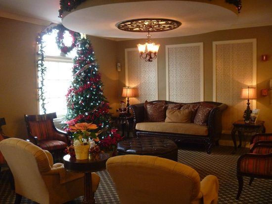 BEST WESTERN PLUS French Quarter Landmark Hotel: The lobby -decorated for Xmas