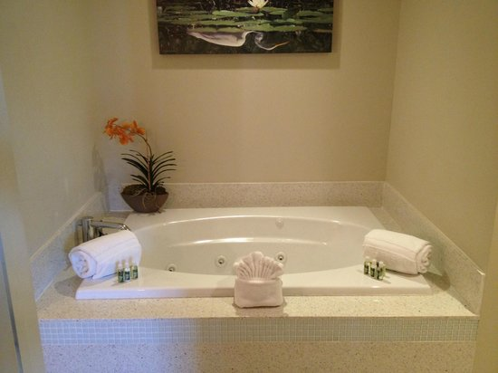 Orchid Key Inn: tub in the junior spa suite