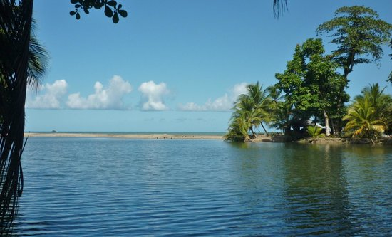 Le Grande Almandier : lagoon adjacent to beach