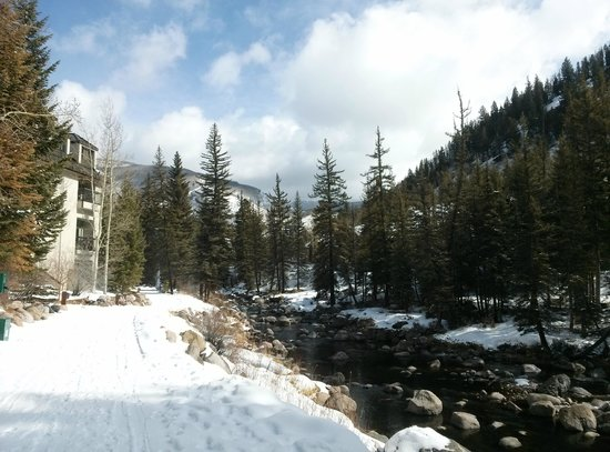 Hotel Talisa, Vail: Creek behind the resort