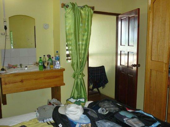Le Grande Almandier : wash basin in the room