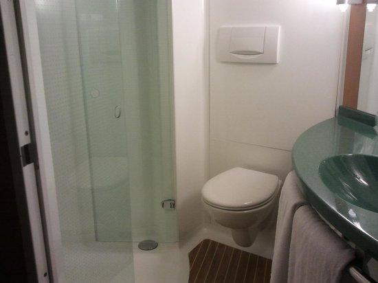 Ibis Barcelona Meridiana: salle d'eau .