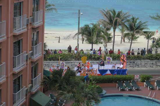 Nassau Palm Hotel: Parade passing in front of the hotel