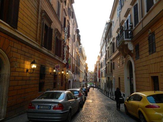 Hotel Julia: O Hotel fica numa rua estreita que se abre numa avenida que leva à Fontana di Treve e a restaura