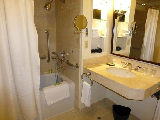 The Westin Resort Guam: Bathroom in regular room