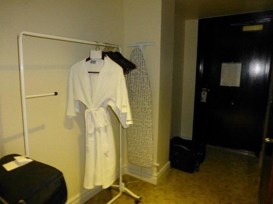 The Westin Resort Guam: No closet so they have a clothes rack
