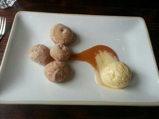 Granary Grill: Cinnamon doughnuts with Apple Ice Cream