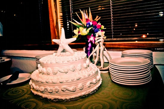 Marival Resort & Suites: Our wedding cake from Las Palomas Restaurant