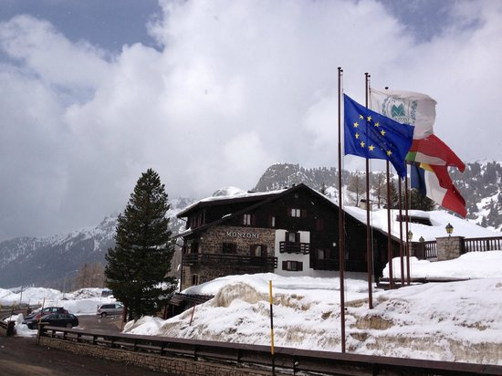 Buitenaanzicht hotel Monzoni