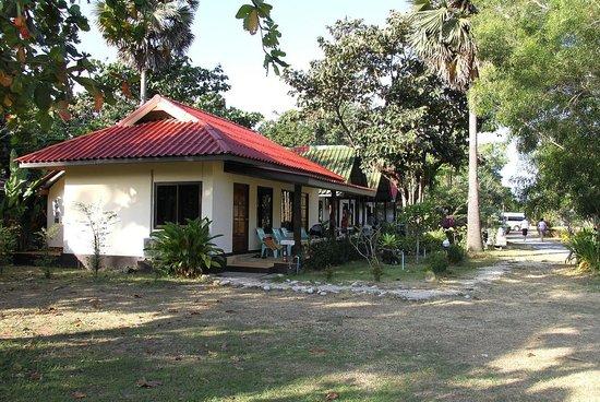 لانتا نايس بيتش ريزورت: cottages from back of garden row lane
