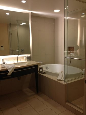 أجوا كالينته كازينو آند ريزورت سبا: Nice bathroom- double sinks, separate toilet area