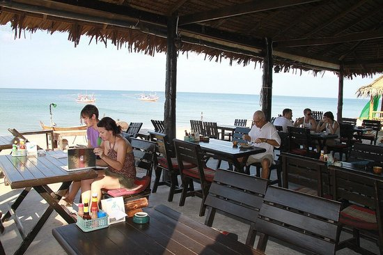 Lanta Nice Beach Resort: beach side of the restaurant/bar..squid boats anchored offshore