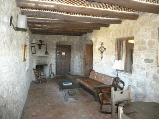 Quarters at Presidio la Bahia: Nice living room with fireplace